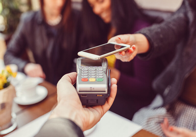 Garantizando la energía de respaldo para los sistemas de TI del comercio minorista y los puntos de pago automático
